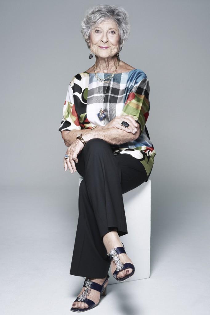 Bà vẫn trông rất rạng rỡ và tươi trẻ ở tuổi 90