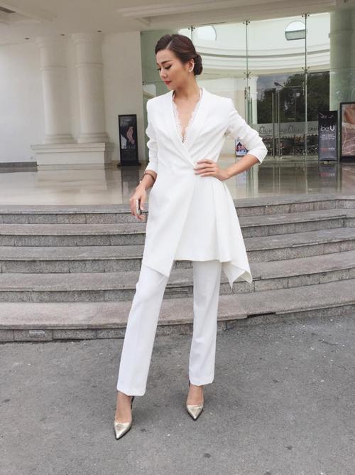 Thanh Hằng duyên dáng với bộ suit bất đối xứng của nhà thiết kế Adrian Anh Tuấn