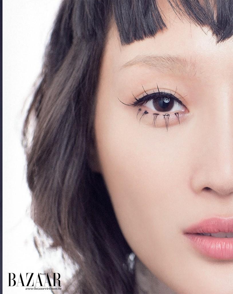 Kiểu chuốt mi như búp bê này giúp đôi mắt trông to tròn hơn. Lớp nền mỏng mịn Nude Air Dior, viền mắt gel eyeliner Bobbi Brown và môi màu hồng da Dior