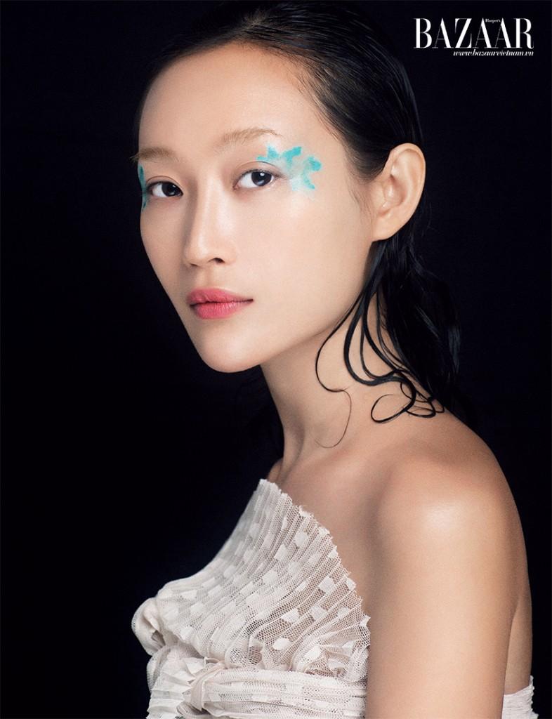 Vẽ mắt Aqua Body painting đang được quý cô tiệc tùng yêu thích bởi sự trẻ trung và lạ mắt của nó. Khi chọn phong cách body painting, một lớp nền mịn Nude Air Dior và màu môi kết hợp giữa nude và đỏ cam Dior là đủ