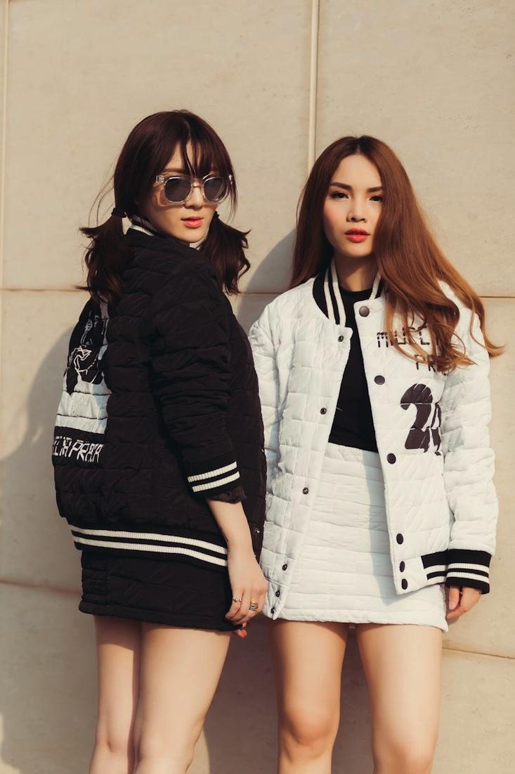 """Được biết đến là những fashionista đình đám tại Việt Nam, hai chị em nữ ca sĩ Yến Trang – Yến Nhi luôn giữ vững được phong độ thời trang của mình từ thảm đỏ, event đến gout ăn mặc thường ngày họ đều ghi điểm trong mắt công chúng. Yêu phong cách thời trang phóng khoáng, tự do hai chị em nữ ca sĩ đã có buổi thử trang phục của NTK Đặng Hải Yến, đây cũng chính là những bộ cách ấn tượng họ sẽ diện trong chương trình """"The Fashion Show"""""""