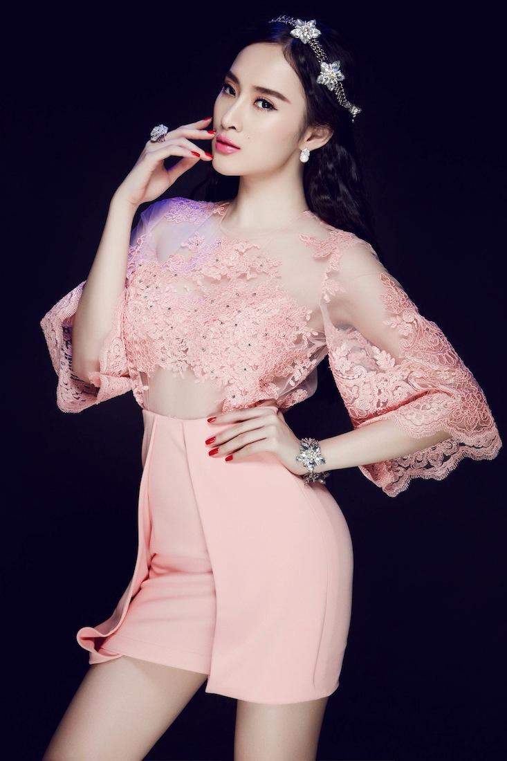 Không ngại chi tiền cho những bộ cánh thời trang lộng lẫy, đẳng cấp, nữ diễn viên Angela Phương Trinh luôn làm mới mình qua những gout ăn mặc khác biệt. Có lúc, người đẹp xuất hiện nền nã trong những thiết kế mang hoạ tiết hoa nhẹ nhàng, khi khác lại hoá quý cô thanh lịch với set đồ meanswear cá tính.. Ngày càng khẳng định được tài năng diễn xuất cùng gout thời trang tinh tế, người đẹp hứa hẹn là một trong những gương mặt front row quyến rũ nhất.