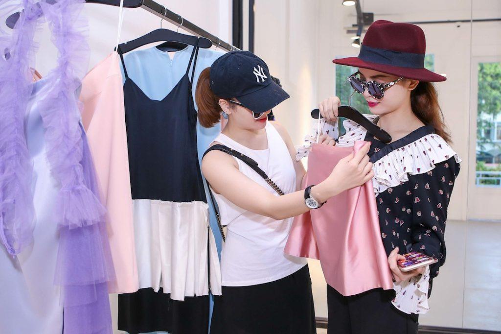 Vì bận việc chuẩn bị cho show nên Đặng Hải Yến tư vấn qua điện thoại cho hai nàng ca sỹ