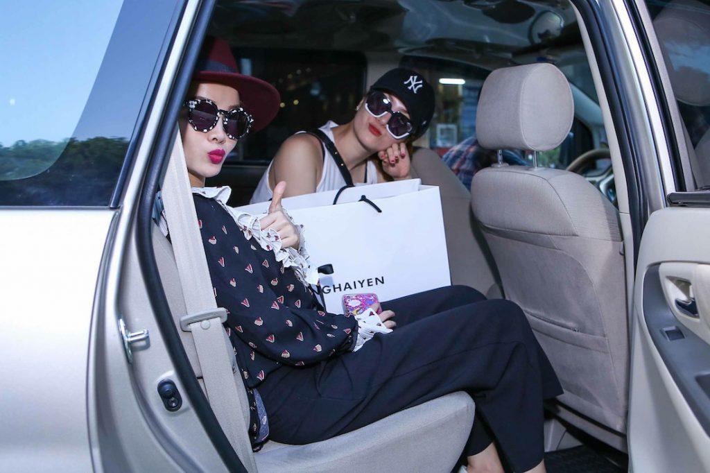 Cả hai vừa lòng sau buổi  shopping. Cùng Bazaar chờ xem tại The Fashion Show họ sẽ xuất hiện như thế nào nhé