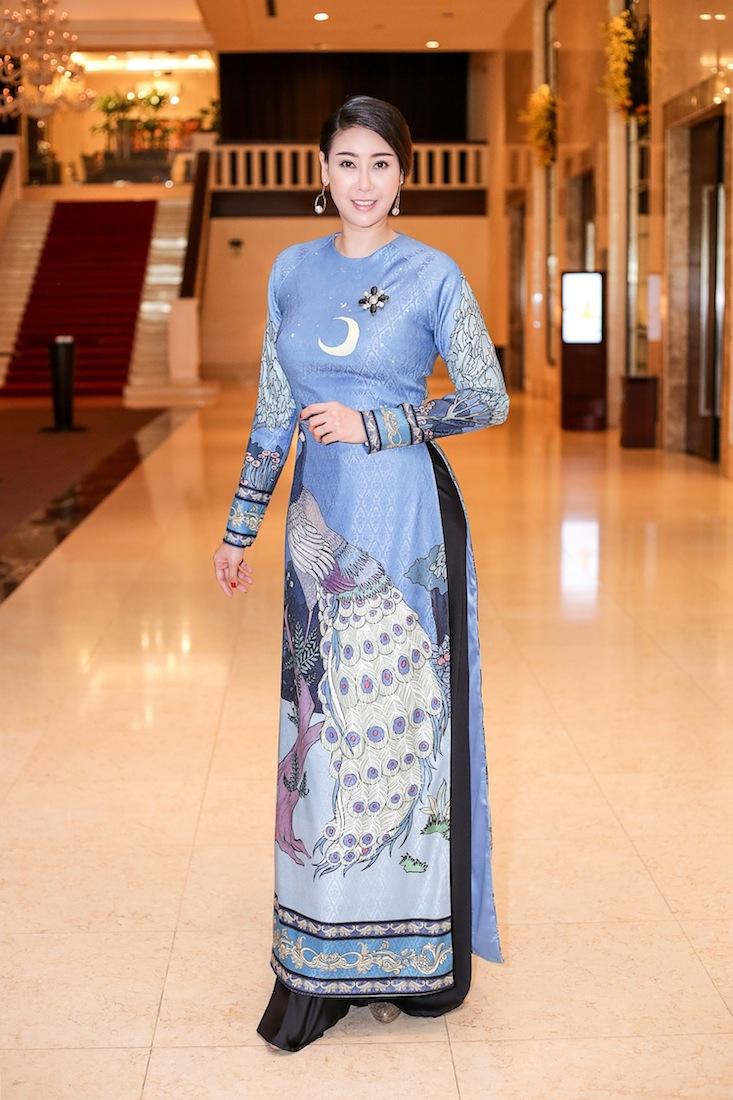 Chiếc áo dài nền nã Hà Kiều Anh chọn trong buổi họp báo