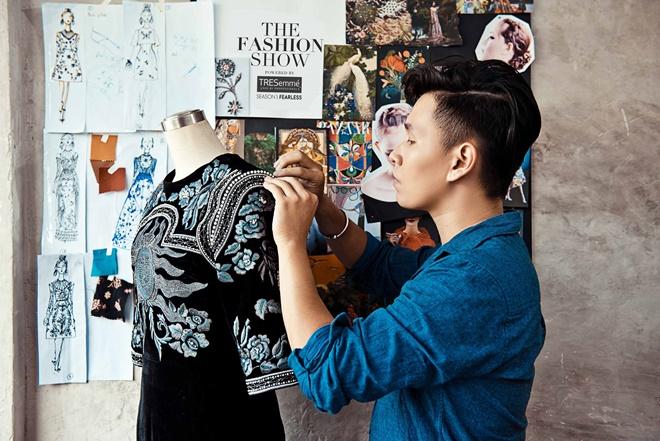 """Bộ sưu tập """"Peacock"""" của nhà thiết kế Tùng Vũ là một chuỗi cách điệu những chi tiết cổ điển được chọn lọc từ những hoạ tiết mỹ thuật, kiến trúc, và được lồng ghép vào nhau theo một tinh thần phóng khoáng. Anh ưa chuộng các chất liệu như nhung, lụa, organza, chiffon, georgette; cùng cách xử lý thủ công 100%. Về phần tóc kiểu tóc đan mạnh mẽ là một sự lựa chọn hoàn hảo dành cho BST của Tùng Vũ: lọn tóc được khéo léo đan xen vào nhau tạo thành những họa tiết cầu kỳ như đang phô diễn vẻ đẹp đầy kiêu hãnh của loài chim công."""