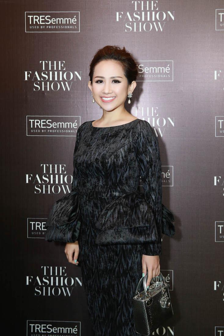 Khéo léo kết hợp túi xách và đôi giày Dior gây sốt trên sàn diễn thời trang thu đông vừa qua, vẻ ngoài của người đẹp thu hút mọi ánh nhìn của giới mộ điệu thời trang.
