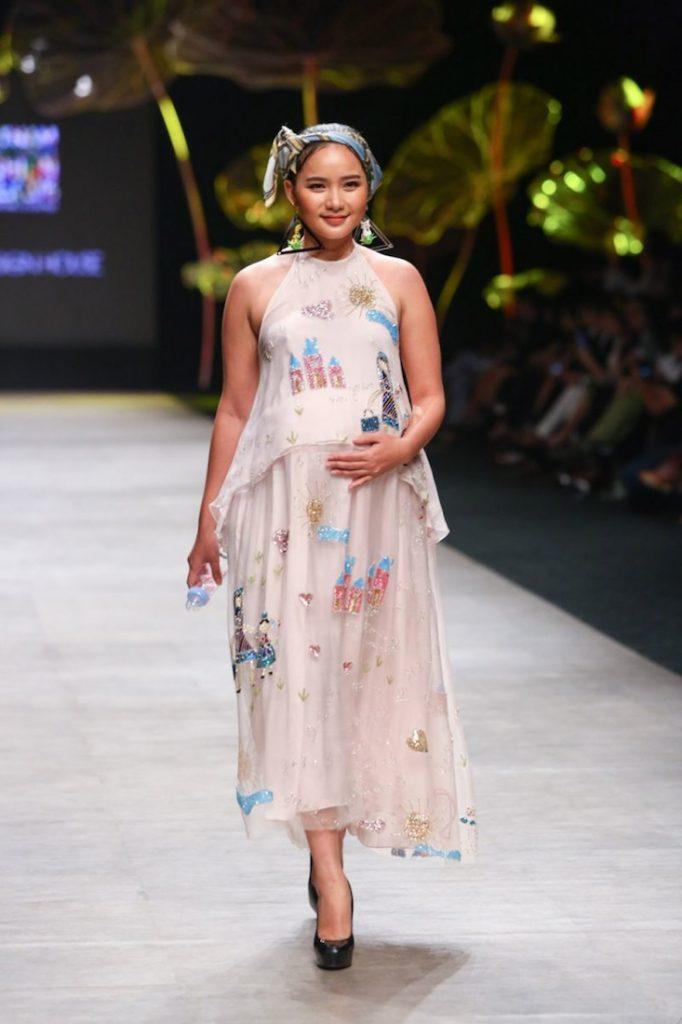 Bộ sưu tập Viên mãn của NTK Thủy Nguyễn lấy cảm hứng từ những kiểu đầm yếm, áo dài đặc trưng của phụ nữ Việt Nam với chất liệu gấm, lụa đính kết kim sa cầu kỳ trên nền lụa tơ sống