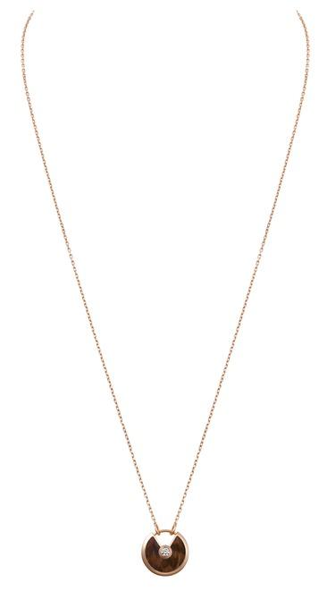 Phiên bản cỡ nhỏ của mẫu dây chuyển làm từ gỗ đốm, vàng hồng và kim cương.