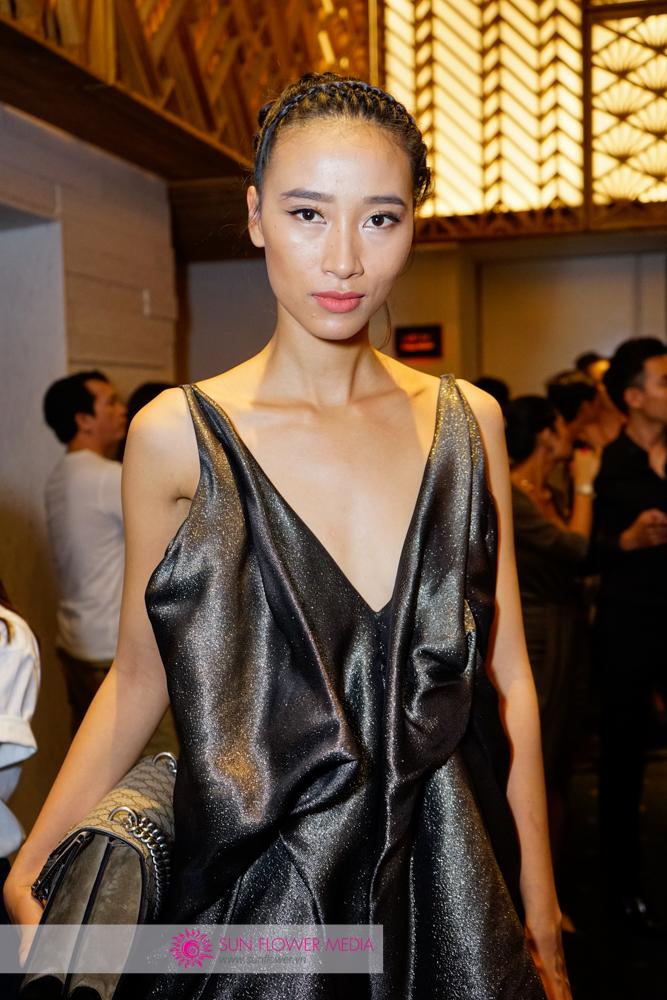 Quán quân Vietnam's Next Top Model mùa đầu tiên Trang Khiếu xuất hiện chớp nhoáng tại thảm đỏ vì phải chuẩn bị cho show diễn của mình