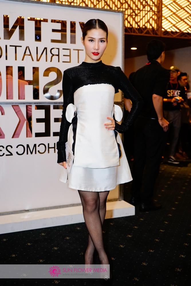 Diễm My 9X rạng rỡ trước thềm show diễn với chiếc đầm trắng đen thanh lịch từ NTK Nguyễn Hoàng Tú