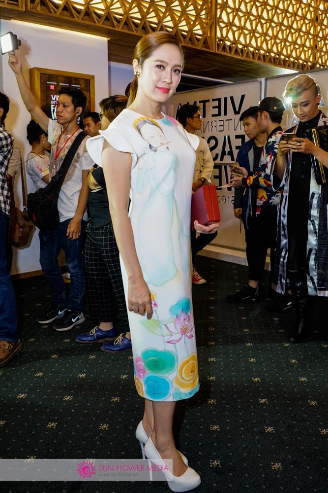 Nữ diễn viên Thanh Thuý nền nã trong chiếc đầm Tiny Ink với những sắc màu tinh khôi