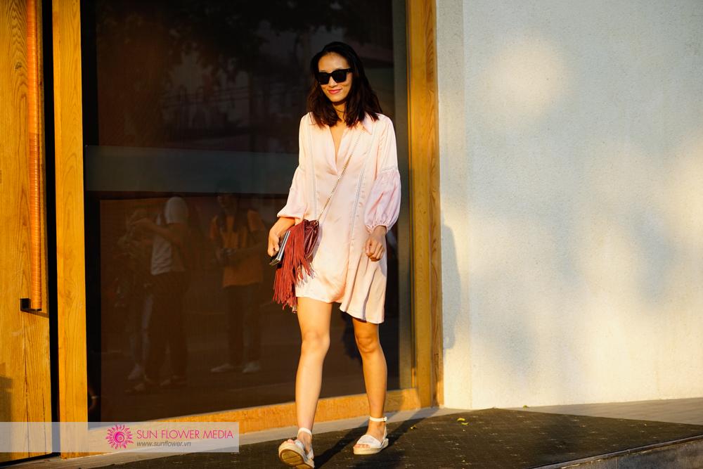 Chân dài Trang Khiếu nữ tính khác lạ với phong cách thường ngày của cô trong đôi giày mùa hè từ Coach