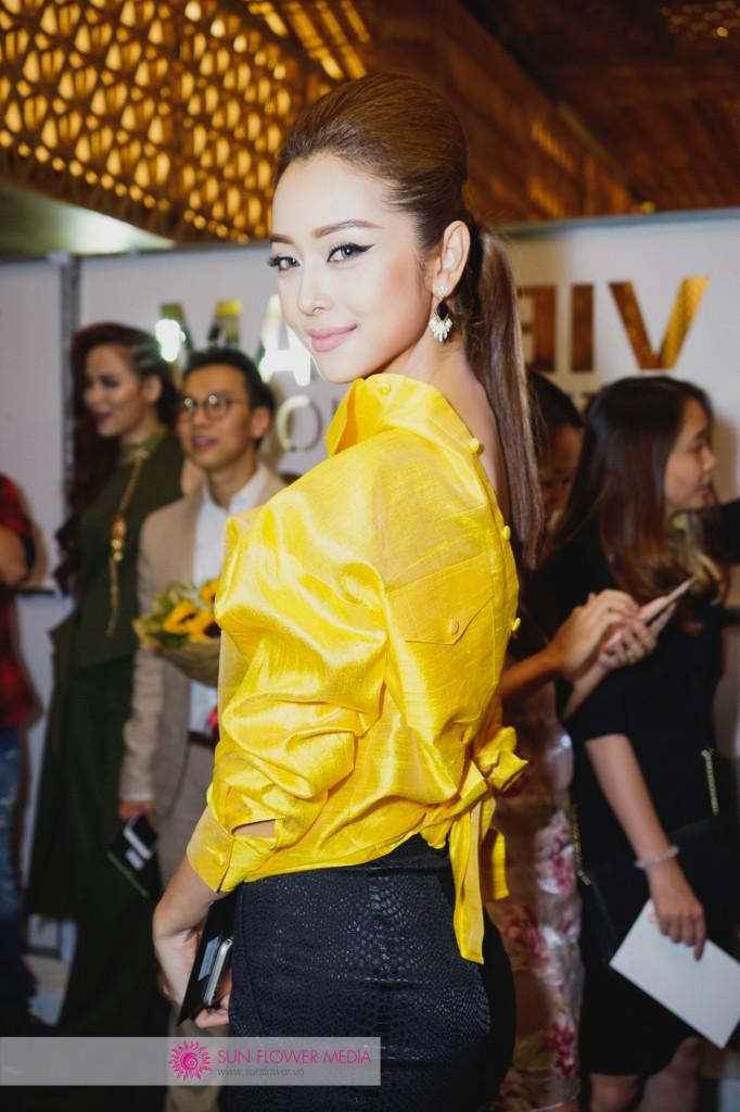 Hoa hậu Jennifer Phạm toả sáng với nét đẹp không tì vết trong chiếc áo cách đẹp vàng ánh kim
