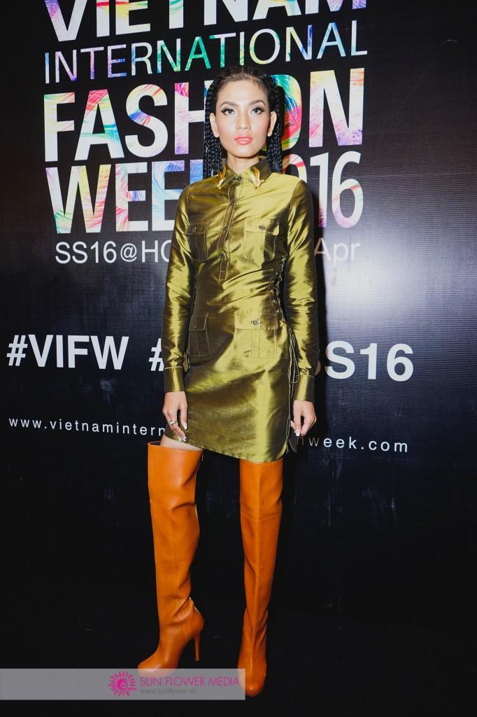 Hoa hậu Trương Thị May đầy thu hút với đầm xanh kết hợp cùng boot cao màu cam đối lập