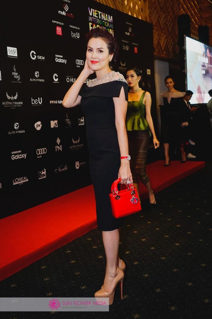 Á hậu doanh nhân Phương Lê cuốn hút nhưng cũng phần sang trọng với chiếc đầm đen đính đá phần cổ