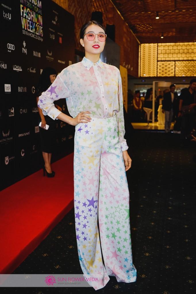 Á hậu Lệ Hằng khác lạ cùng set đồ hoạ tiết ngôi sao màu sắc của NTK Adrian Anh Tuấn