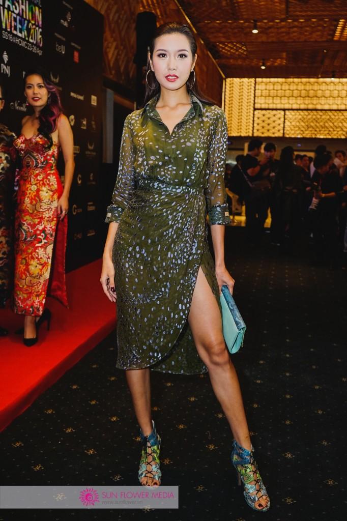 Á hậu Thuý Vân gợi cảm trong chiếc đầm xẻ cao ánh kim