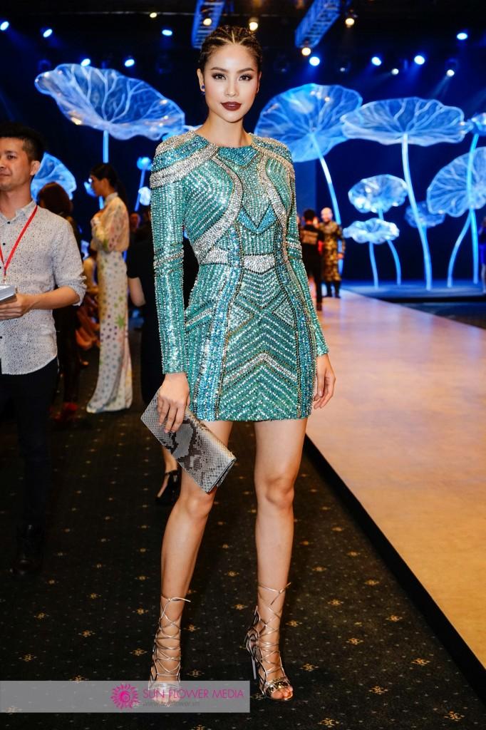Hoa hậu Phạm Hương toả sáng trên thảm đỏ với thiết kế đầm ánh kim cầu kỳ của NTK Lê Thanh Hoà