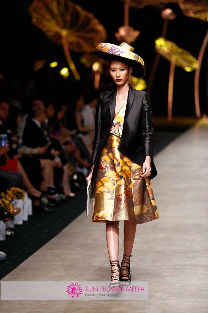 Họa tiết cổ trong những bức bích họa Nhật Bản được in trên những chiếc đai thắt lưng obi trong trang phục kimoni trong thiết kế của Cory Trần