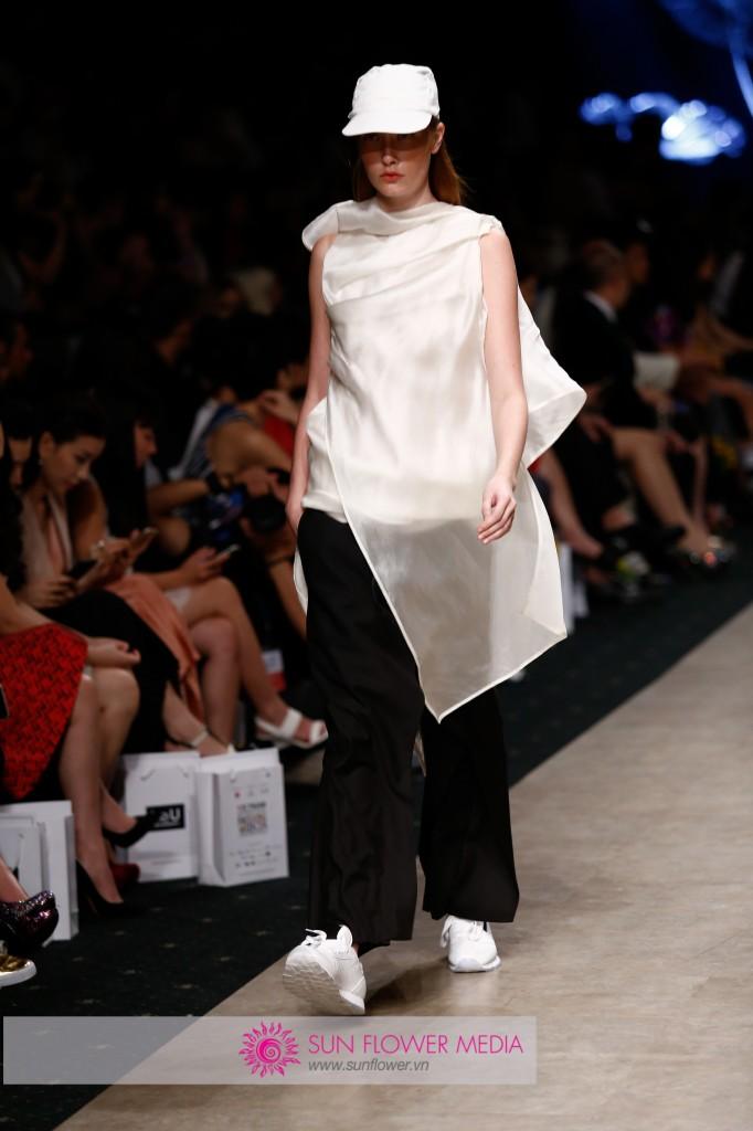 BST mang màu sắc tối giản với nếp xếp độc đáo và phức tạp của Nhà thiết kế Joe Chia đến từ Malaysia thu hút được sự chú ý của giới chuyên môn và khách hàng thời trang