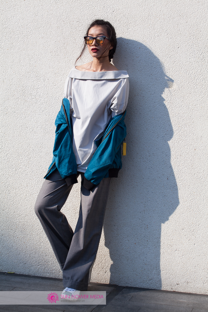Người mẫu Phan Linh làm set đồ trung tính của mình nổi bật hơn với chiếc bomber xanh lam