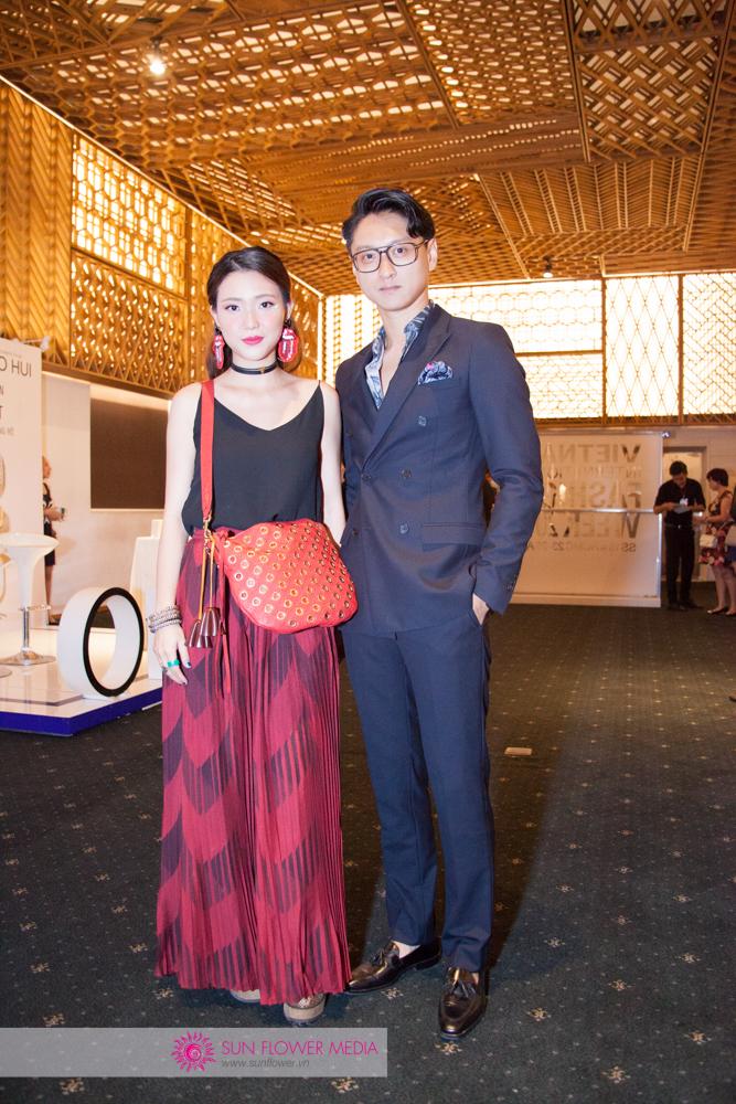 VJ Kaylee trong trang phục màu đỏ rực lửa từ thương hiệu I HATE FASHION. Đứng cạnh cô là fashionista Minh Bùi trong bộ suit Sandro Paris