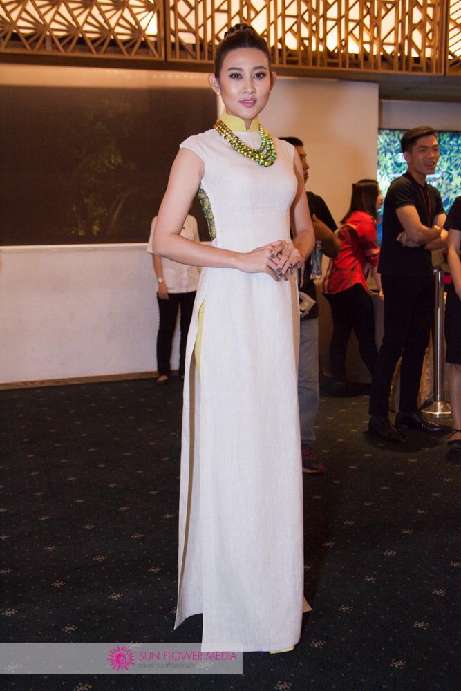 Người mẫu Trúc Nguyễn đằm thắm với tà áo dài trắng tinh khôi