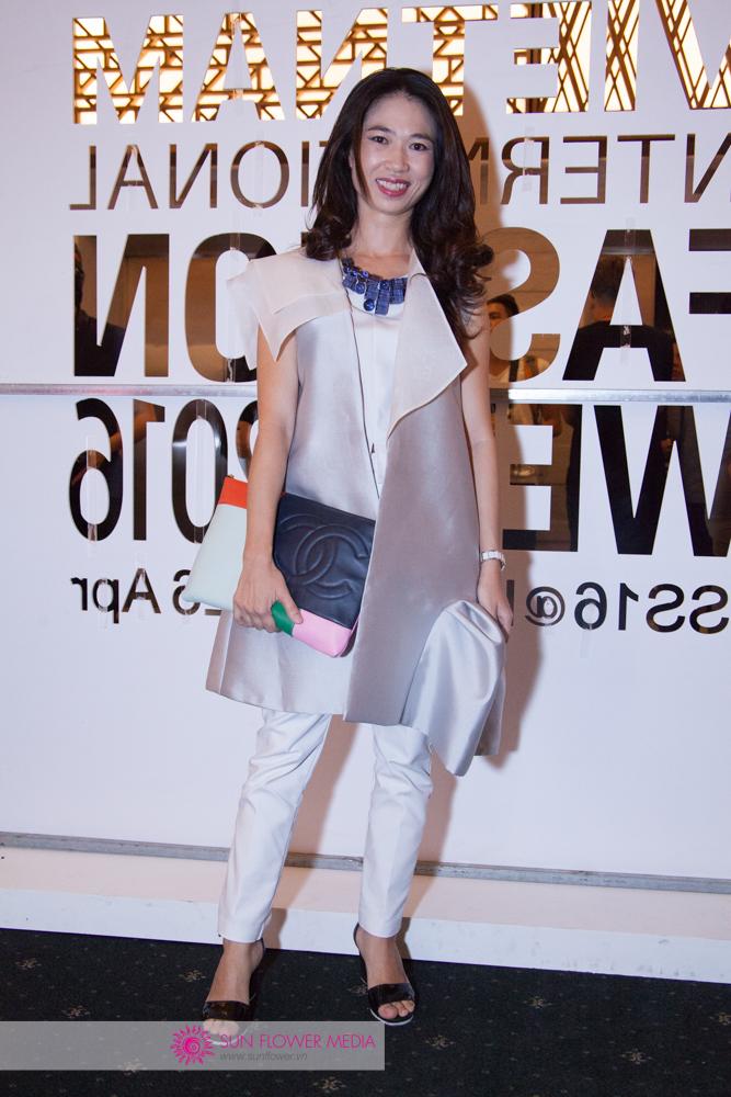 Tổng biên tập Harper's Bazaar Việt Nam - chị Phạm Ngọc Lưu Uyên trong chiếc áo cách tân của NTK Anna Võ