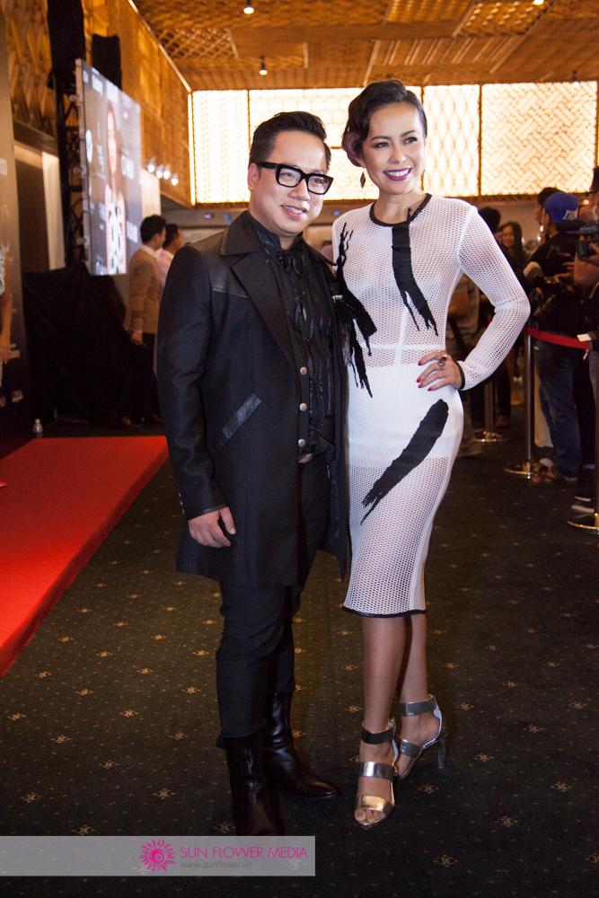Hai MC Tùng Leo cùng Bùi Việt Hà sánh vai trên thảm đỏ. Hôm nay cô diện đầm của NTK trẻ Nguyễn Tiến Truyển