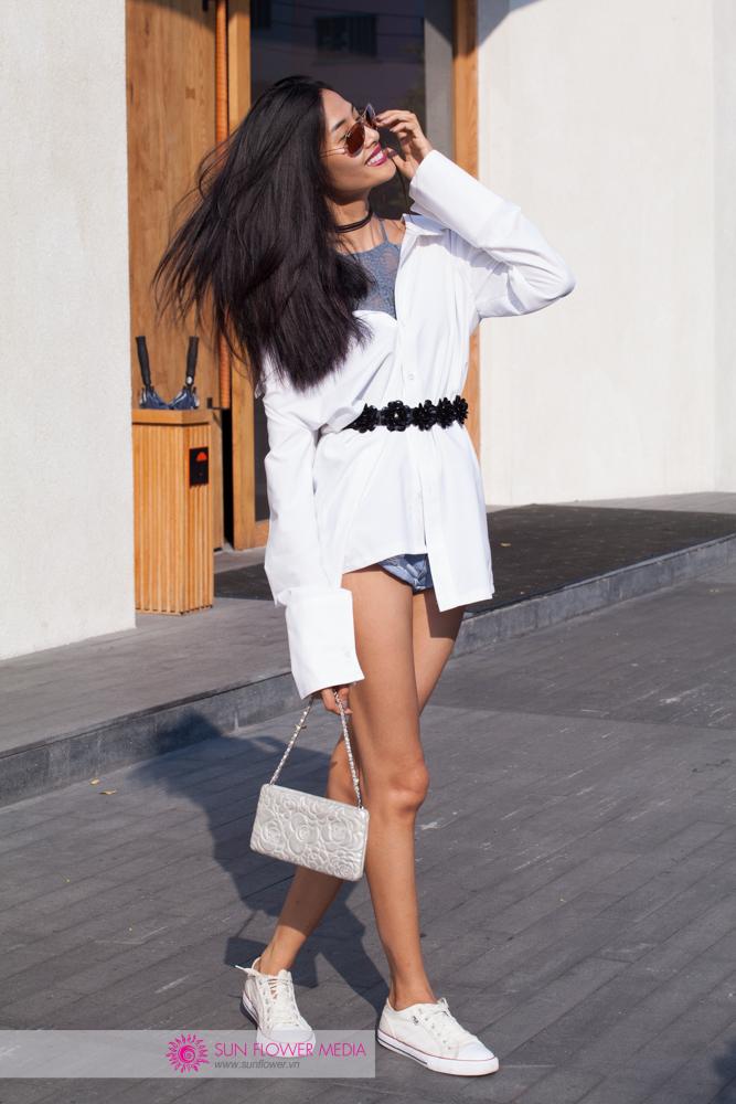 Chân dài Hoàng Thuỳ quyến rũ với tanktop Victoria's Secret, túi xách Chanel và kính mát Rayban