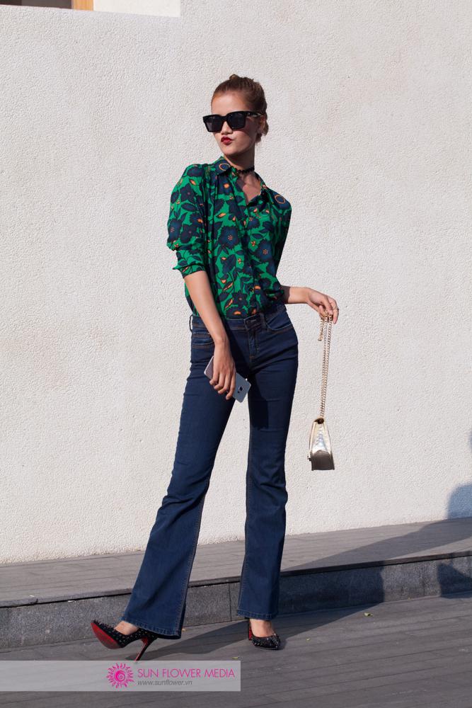 Hương Ly mix match thành công set đồ retro bắt mắt áo sơmi hoạ tiết và quần jean ống loe