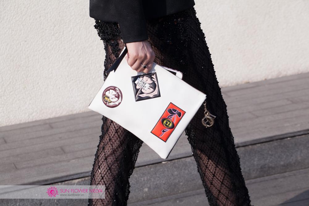 Chiếc clutch cầm tay cá tính từ nhà mốt Dior được Jolie tận dụng triệt để