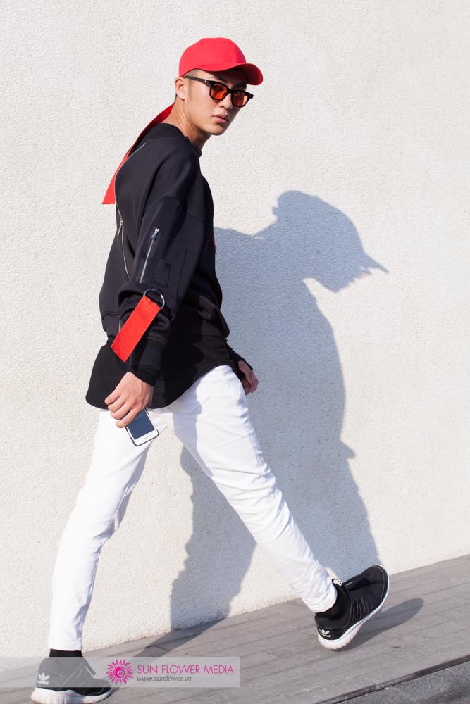 Người mẫu trẻ Đinh Đức Thành nổi bật với những chi tiết màu đỏ trên bộ đồ trung tính