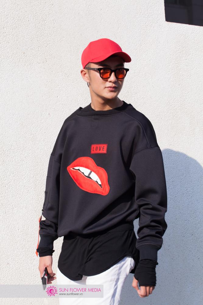 Người mẫu Đinh Đức Thành còn kết hợp giữa bomber và phong cách mặc áo ngược để phá vỡ set đồ đơn giản của mình