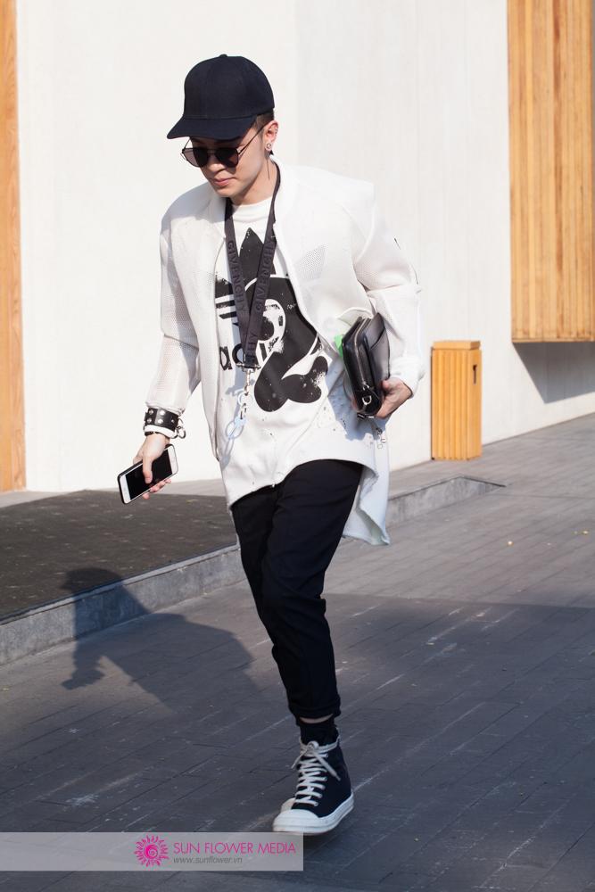 Fashionisto Kelbin Lei tiếp tục trung thành với gam màu đen trắng. Nhưng phụ kiện từ Givenchy đã làm bộ đồ của anh cá tính hơn