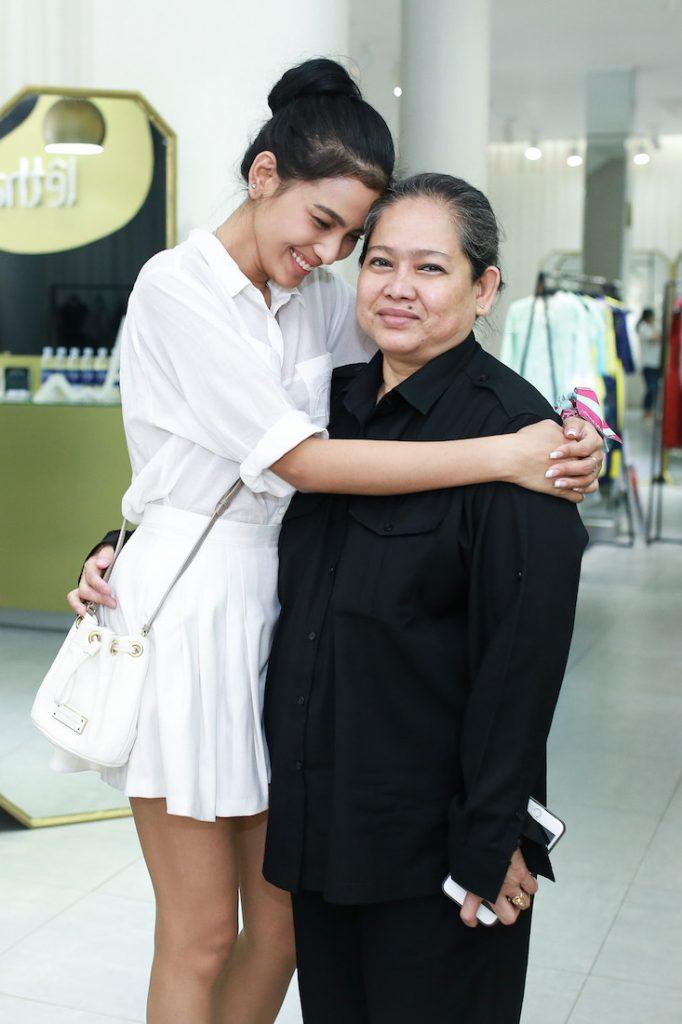 Trương Thị May đến lựa đồ cùng mẹ