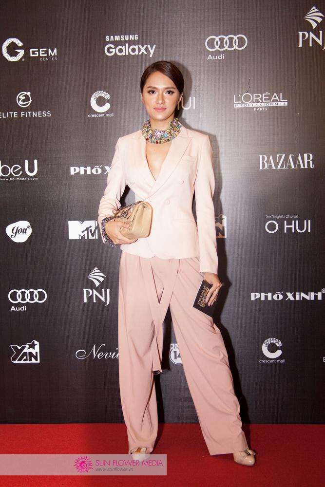 Hương Giang Idol quyến rũ trong bộ suit của NT Đặng Hải Yến, túi Chanel, giày Salvatore Ferragamo