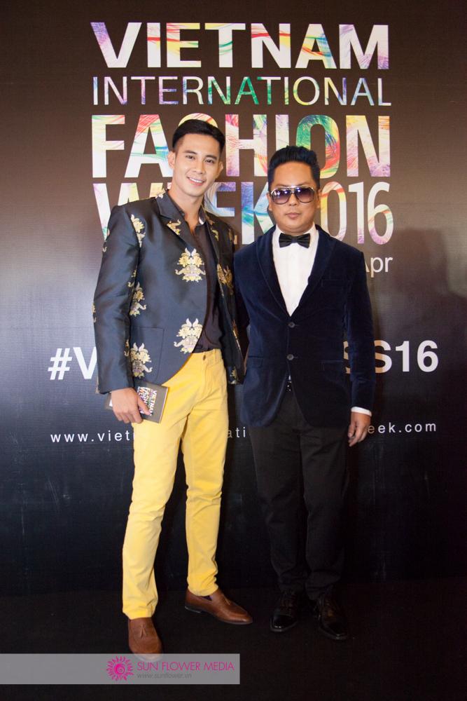 Nam diễn viên Hồ Vĩnh Khoa nam tính nhưng vẫn thời thượng trong bộ vest I Hate Fashion vừa được trình diễn ngày 25-04. Bên cạnh anh là Tobin Alexander, Tổng biên tập của Icon Magazine Mỹ