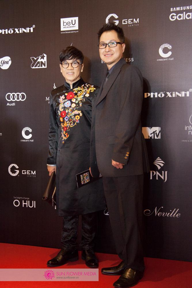 NSƯT Thành Lộc đến dự trong bộ trang phục Áo dài từ NTK Đức Duy. Anh chia sẻ cố tình chọn cho mình tà áo truyền thống vì muốn những hình ảnh văn hoá nước nhà được xuất hiện nhiều hơn