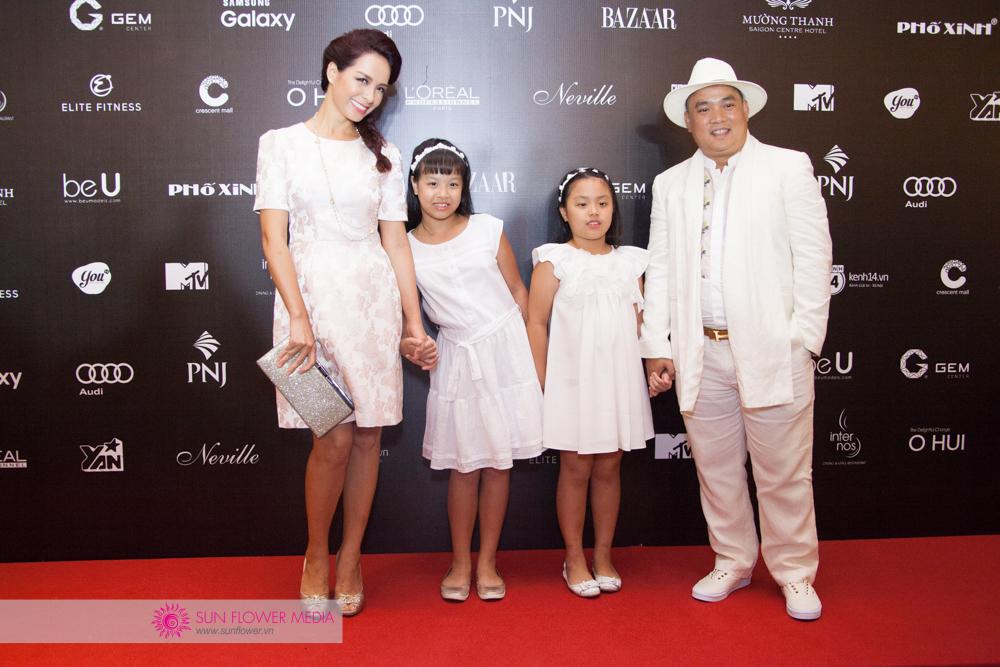 Cựu người mẫu Thuý Hạnh đầy hạnh phúc khi đến dự đêm cuối VIFW 2016 cùng chồng và hai công chúa đáng yêu
