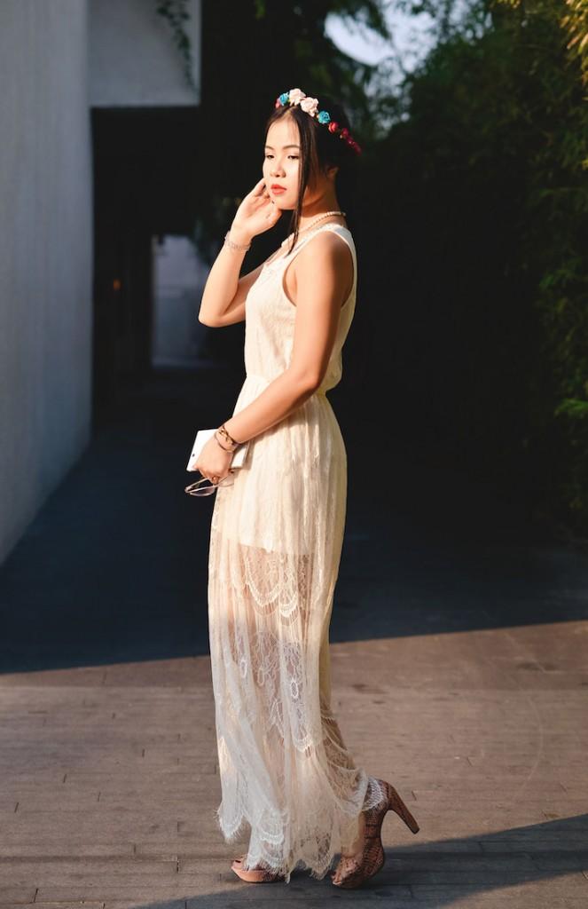 Nina Thảo Nguyên - Biên tập viên web của Harper's Bazaar chọn kiểu tóc tết với phần mái xỏa ngẫu hứng, trông nữ tính với phong cách boho và điểm thêm vòng hoa trên đầu