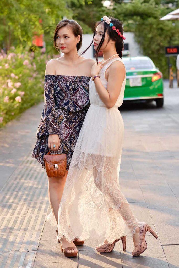 Trong lúc đó, biên tập viên lifestyle Hồng Nhung của Harper's Bazaar lại sở hữu nét quyến rũ với mái tóc tết khoe bờ vai trần
