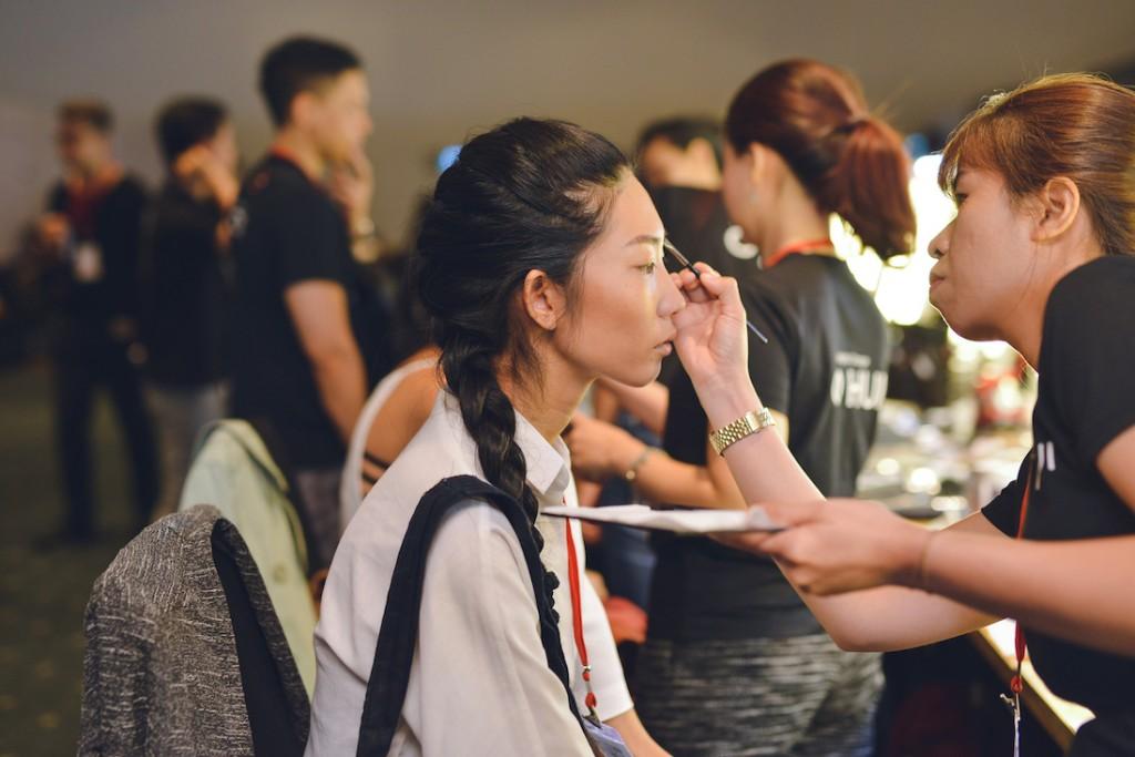 Đột nhập vào hậu trường, chân dài Trang Phạm cũng chọn kiểu tóc này