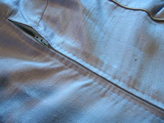 Tất cả các dây kéo của những bộ trang phục chất lượng đều được giấu rất khéo léo trong những đường gấp