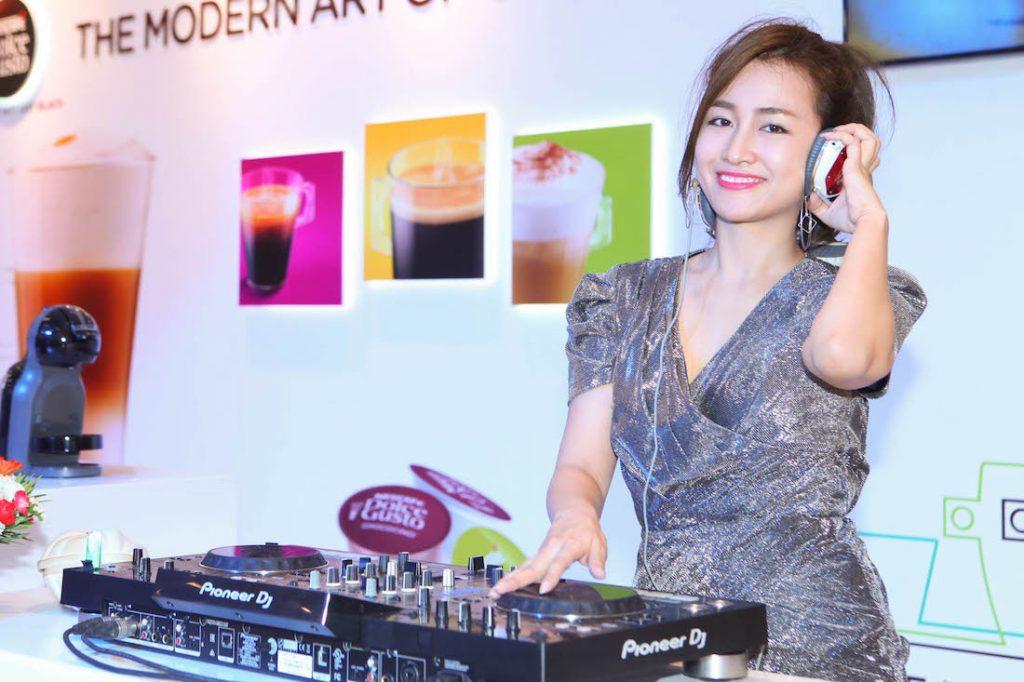 DJ Trang Moon khuấy động bầu không khí trong khi MC Phan Anh trổ tài pha cà phê