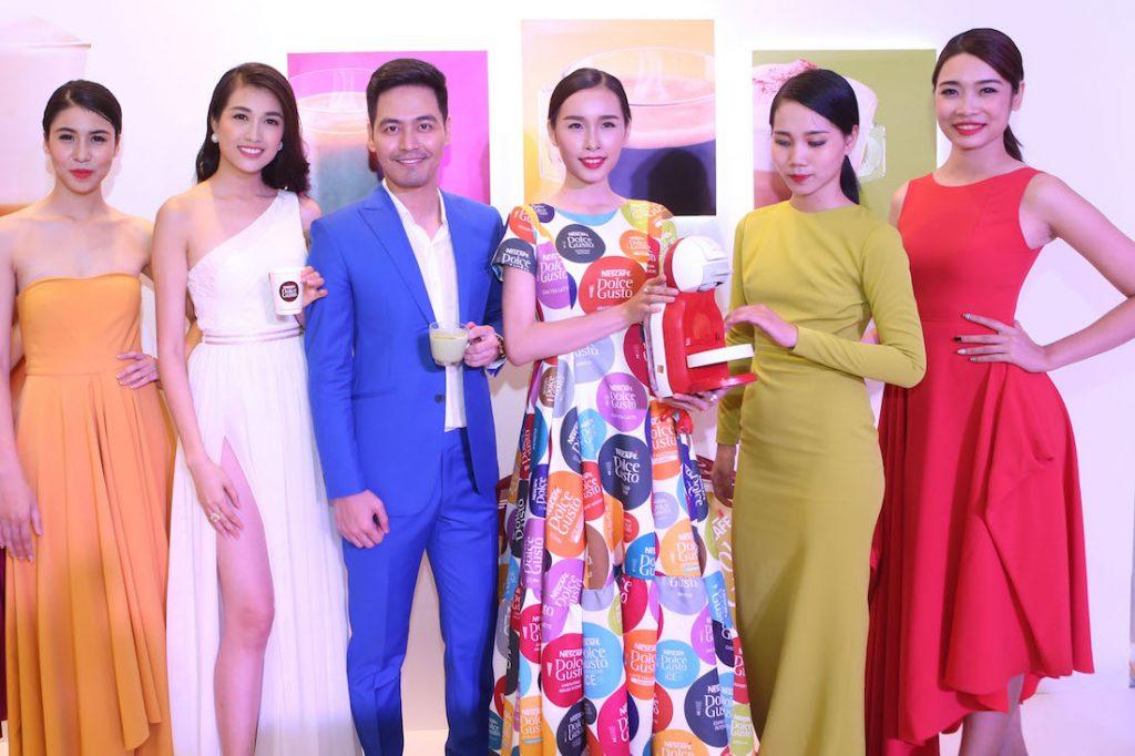 MC Phan Anh bên các người đẹp diện những thiết kế của NKT Adrian Anh Tuấn về nghệ thuật pha cà phê đương đại