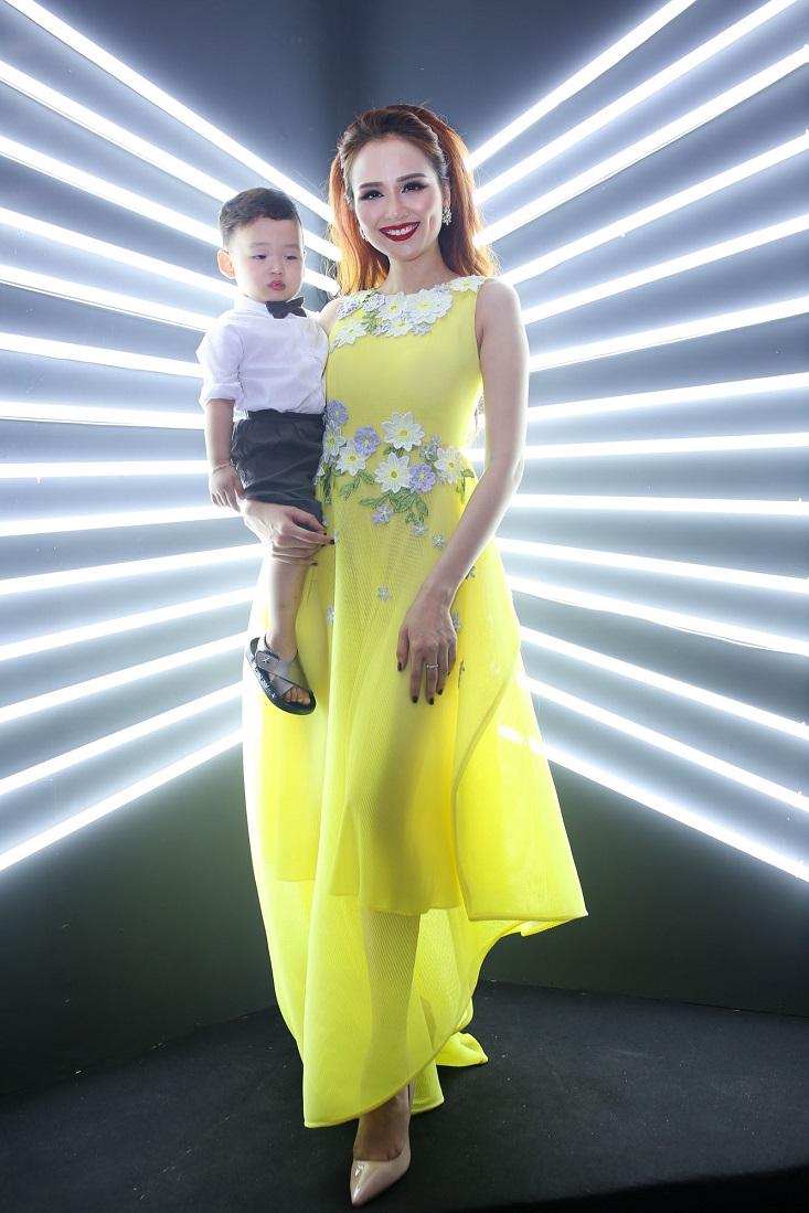"""Diễm Hương và cậu con trai kháu khỉnh tạo dáng tại graphic booth của """"The Superstar"""""""