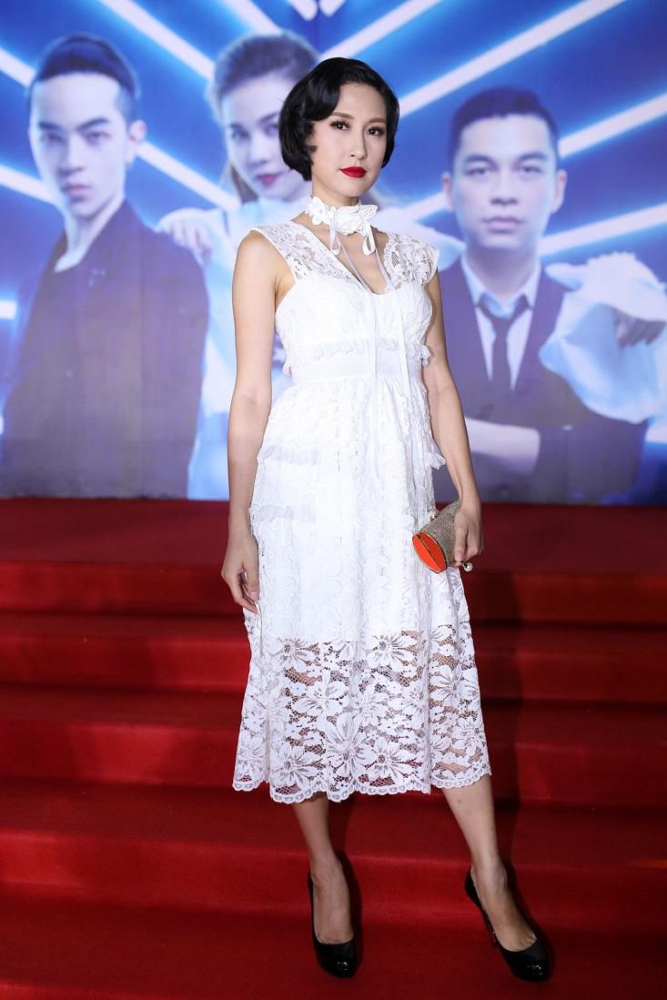 Nữ diễn viên Kathy Uyên rạng ngời với kiểu tóc rẽ mái uốn quăn cổ điển