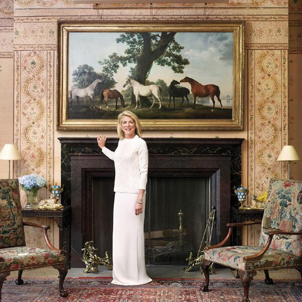 Lynn Forester de Rothschild trong dinh thự xa hoa của gia đình Rothschild. Những tòa lâu đài của gia tộc là niềm tự hào và là điểm đến yêu thích của giới mộ điệu